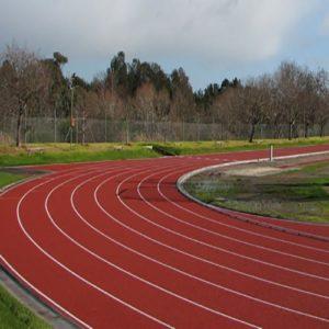 pista atletica con granuli rossi