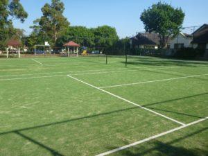 campi da tennis intasati in gomma verde su sintetico