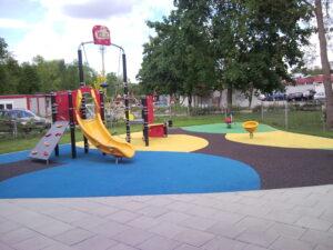 Parco giochi con Granuli colorati in posa in opera